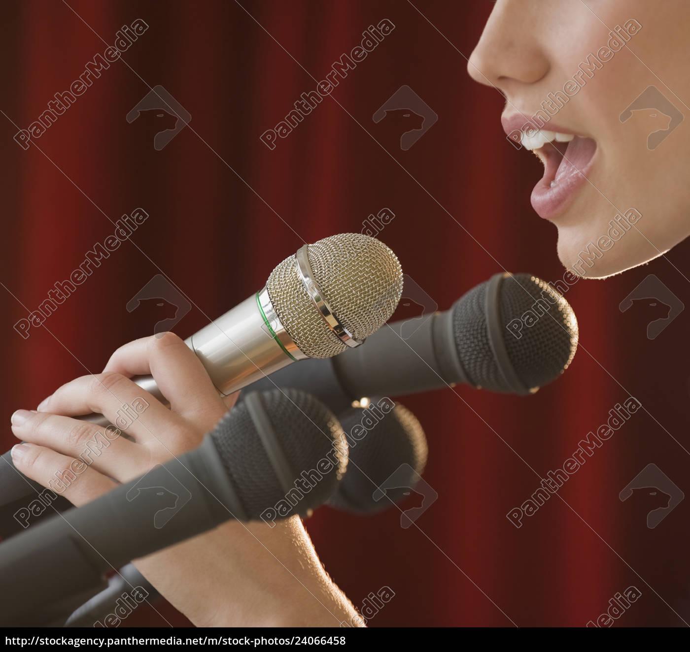 mulher, falando, em, microfone - 24066458