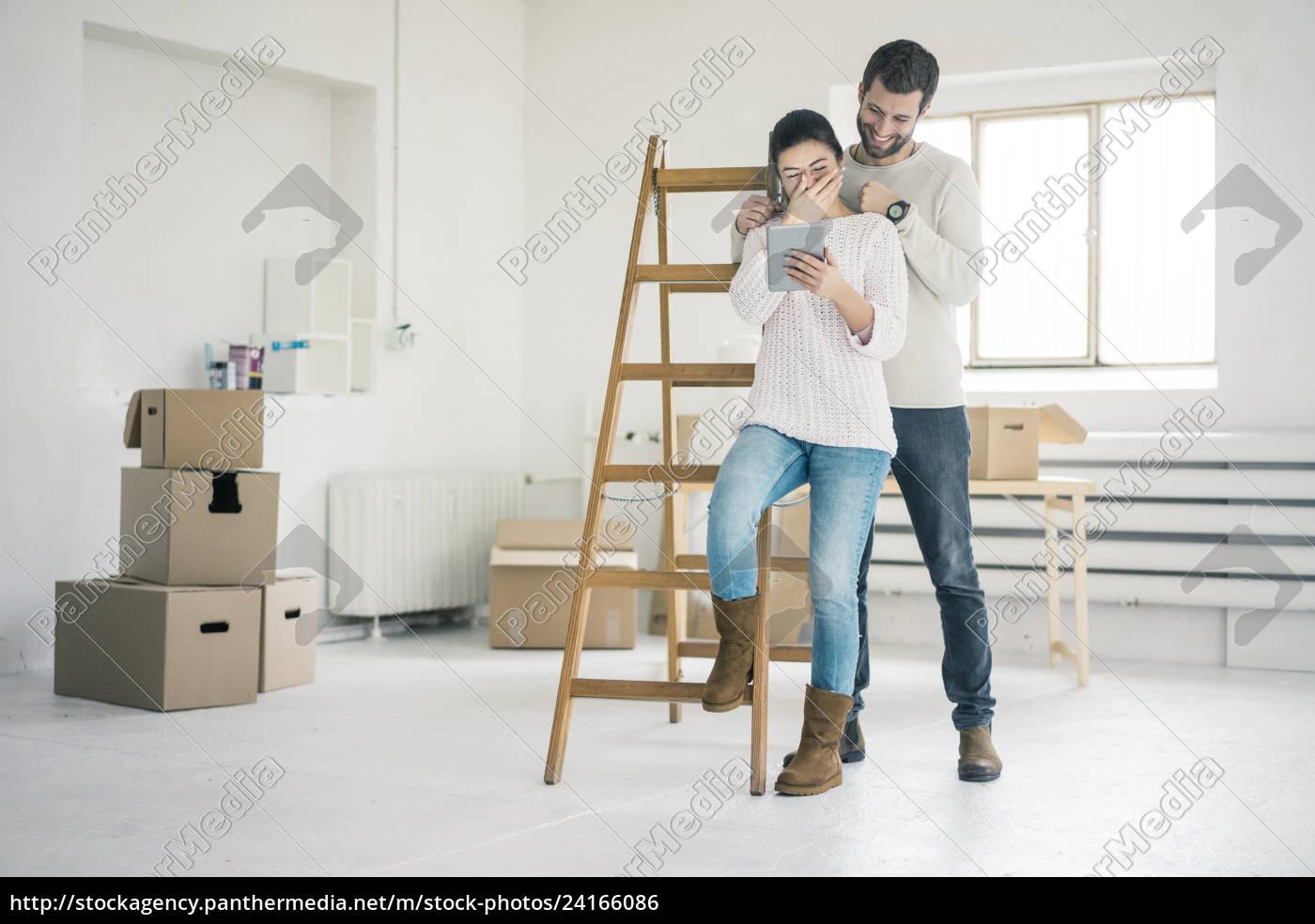 casal, rindo, na, escada, em, nova - 24166086