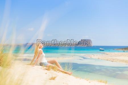 mulher feliz relaxada aproveitando o sol