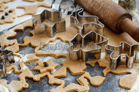 cozinhando bolinhos do natal com cortadores