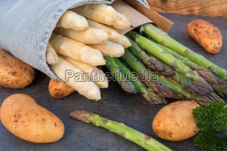 espargos frescos com batatas novas