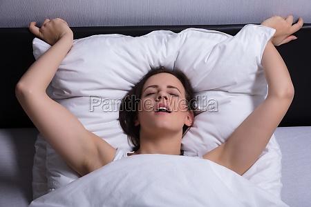 mulher nova na cama que comec