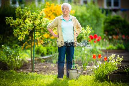 mulher senior que faz alguma jardinagem