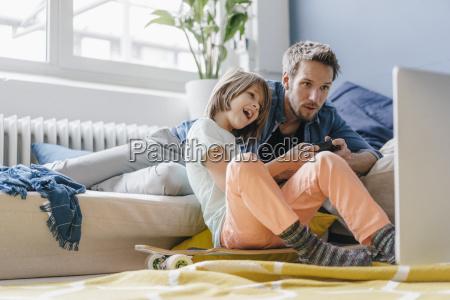 pai e filho que jogam o