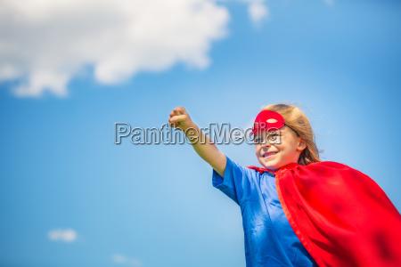 menina engracada que joga o heroi