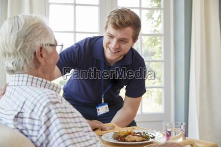 trabalhador do sexo masculino servindo jantar