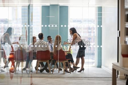 chefe feminina fica apoiada na mesa