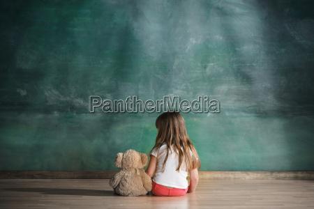menina com o urso de peluche