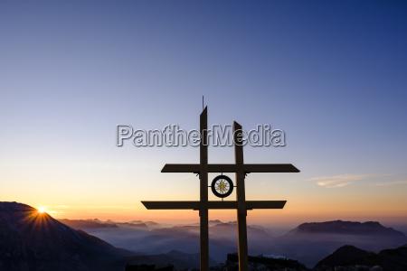 rural alpes cupula cruz neblina distante