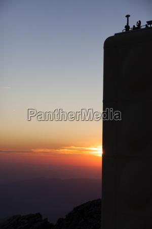visione dal basso rurale tramonto alpi