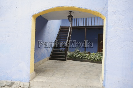 archway leading to outdoor staircase lima