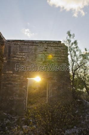 vista da casa demolida velha no