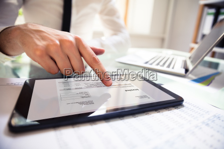 empresario analisando fatura em tablet digital