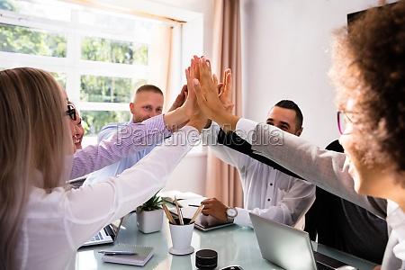 grupo de empresarios dando cinco altos