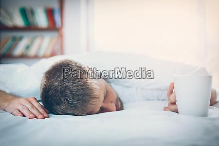 homem que tenta acordar na manha