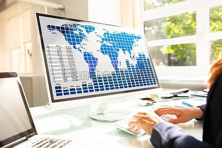 empresaria analisando graficos no computador