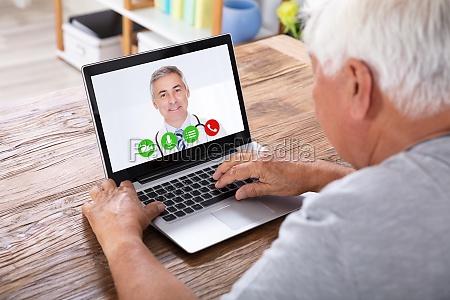 conferencia video do homem com doutor