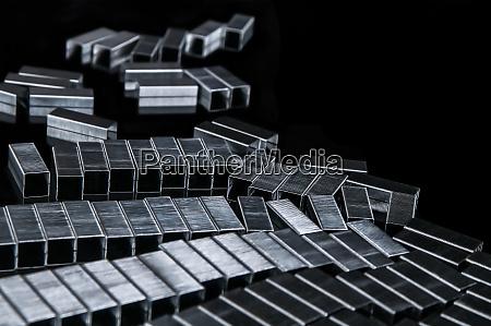 muitos grampos metalicos dos recargas na