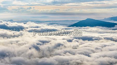 nuvens e nevoeiros como o mar
