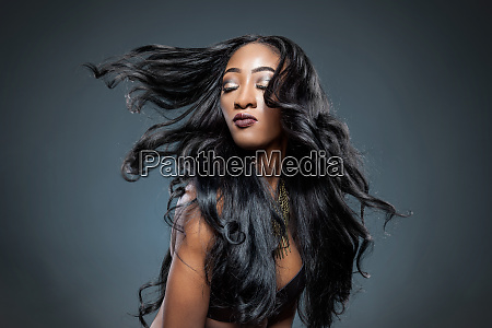 mulher preta com cabelo brilhante luxuoso