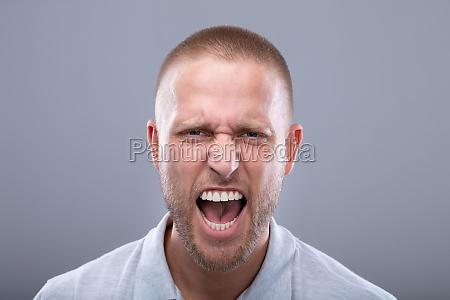 retrato de um jovem gritando
