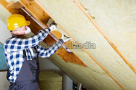 homem que instala a camada termica