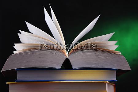 composicao com o livro aberto na