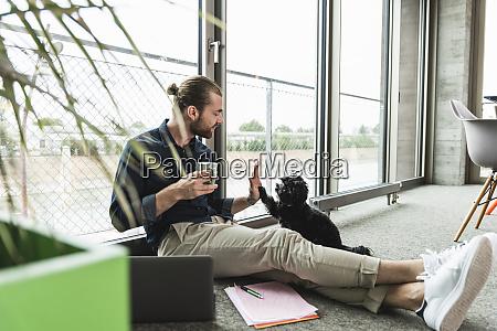 jovem empresario com laptop sentado no