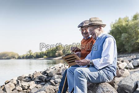 dois amigos velhos que sentam se