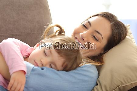 mae orgulhosa vendo seu bebe dormindo