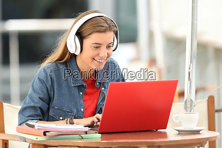 aluno feliz ouvindo um tutorial de