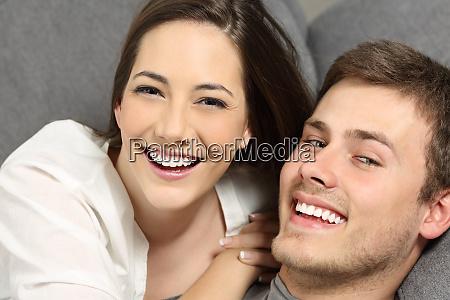 pares com dentes perfeitos e sorriso