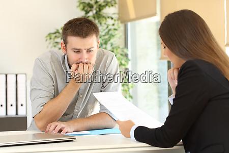 homem nervoso em uma entrevista de