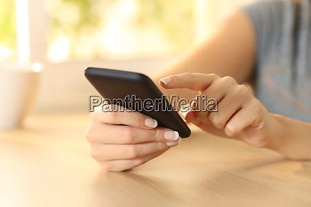 mulher selecionando conteudo em um telefone