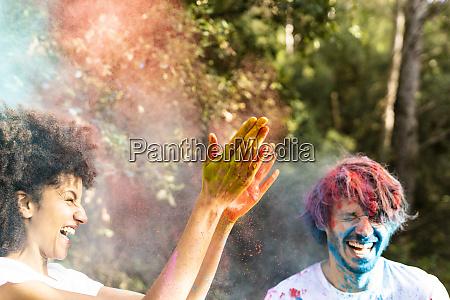 casal, jogando, tinta, em, pó, colorido, celebrando - 26914647