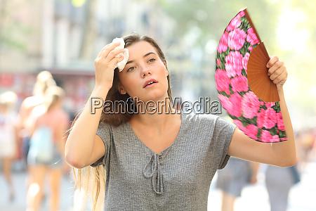 menina reclamando sofrendo insolacao