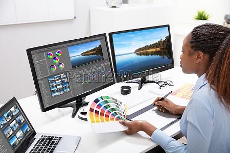 editor editando video no computador