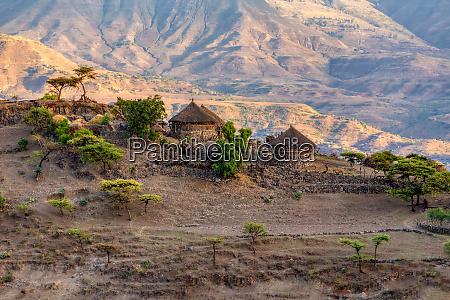 paisagem montanhosa com casas etiopia