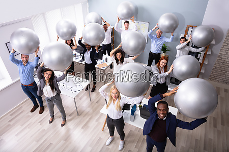 empresarios esticando usando bola de ginastica