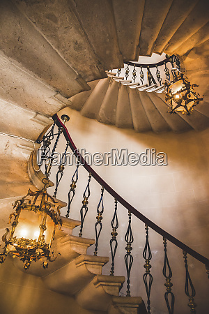 escadaria e candelabros espirais castelo de