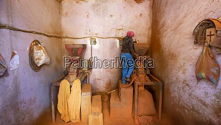 mulher que trabalha em um moinho