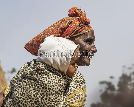 mulher de eritrean que prende um