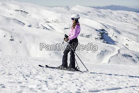 mulher esquiando em paisagem coberta de