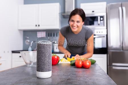 mulher ouvindo musica no alto falante