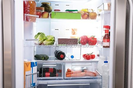 geladeira cheia de alimentos saudaveis
