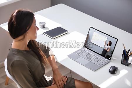 mulher participando de sessao de coaching