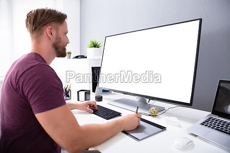 designer trabalhando no computador