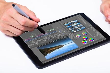 editor editando video no tablet