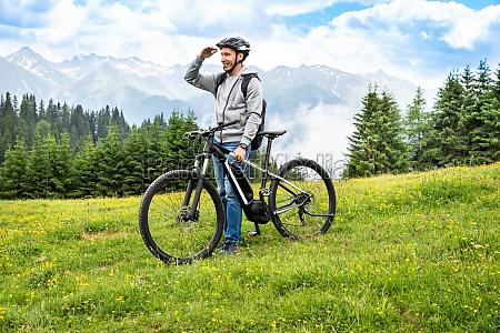 principal na montanha com sua bicicleta
