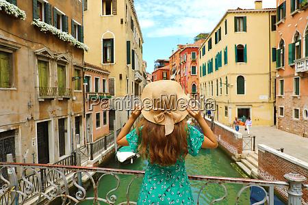 doce garota romantica encantada pela paisagem